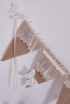 banniére avec la toile de lin - Pennant banner with lovelylace addition. Burlap Projects, Burlap Crafts, Diy And Crafts, Arts And Crafts, Paper Crafts, Decoration Vitrine, Bunting Garland, Garlands, Burlap Garland