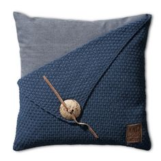 Knit Factory Kussen Jeans Blauw 50x50 Gerstekorrel Sierkussen met kokosknoop