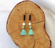 Boucles d'oreille Boheme à Pompons - Perles noires et dorées et pompon Bleu Vert - Bijoux Hippie Chic : Boucles d'oreille par les-bijoux-de-pomponette