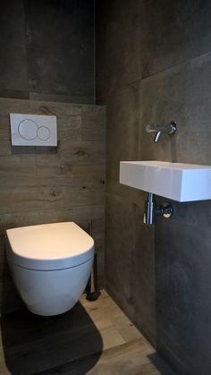 Badkamer met Houtlook tegels flaviker dakota natur en betonlook tegels flaviker backstage tan 60x60 cm.