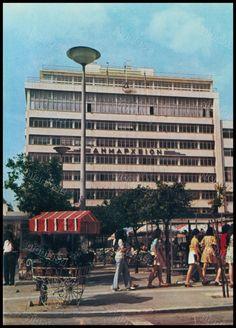 """Το Δημαρχείο και η πλατεία Κοραή, Πειραιάς 1970's. Φωτογραφία από το βιβλίο του Διονυσίου Πανίτσα """"Ο άρχοντας του Πειραιώς""""."""