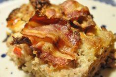 Serverer farsbrød med feta, peberfrugt og bacon. En nem og lækker hverdagsret. Grundopskriften er til forloren hare men pep den gerne op med grøntsager og feta