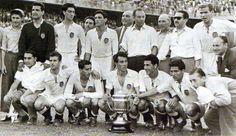 1.954.-  VALENCIA C.F.  con la Copa de campeones de España. QUIQUE, QUINCOCES II, MONZO, JACINTO QUINCOCES, PUCHADES, MAÑÓ, FUERTES, BADENES, BUQUE, SEGUI. junto a directivos y aficionados.-   C.-