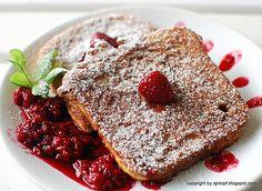 cynamonowe tosty z gorącymi malinami w syropie klonowym French Toast, Breakfast, Ethnic Recipes, Food, Breakfast Cafe, Essen, Yemek, Meals
