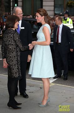 Kate Middleton Photos - Catherine, Duchess of Cambridge dazzles in a light blue dress at The Art Room charity at the National Portrait Gallery in London. - Kate Middleton at an Artsy Charity Event in London Moda Kate Middleton, Estilo Kate Middleton, Princesse Kate Middleton, Kate Middleton Photos, Kate Middleton Pregnant, Maternity Wear, Maternity Dresses, Maternity Fashion, Maternity Style