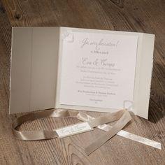 Romantische champagnerfarbene Hochzeitseinladung mit Spitze und Band  'Schleife richtig binden' - hier gehts zum Videotutorial
