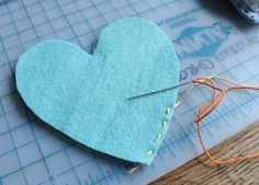 Ensinamos o passo a passo para fazer corações de feltro que podem ser usados como lembrancinhas artesanais para chá de panela