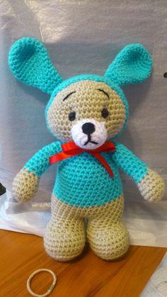 Conejo con Jersey Amigurumi - Patrón Gratis en Español aquí: http://novedadesjenpoali.blogspot.com.es/2014/01/patron-de-conejo-con-sueter.html