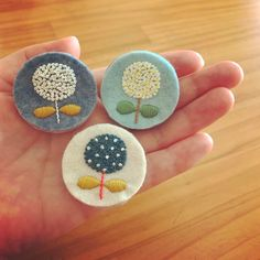 Basic Embroidery Stitches, Hand Embroidery Flowers, Felt Embroidery, Simple Embroidery, Embroidery Patches, Embroidery Designs, Easy Felt Crafts, Textiles, Crochet Flower Patterns