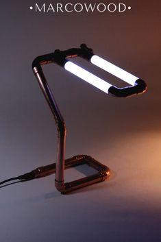 Настольная лампа «Asgard» в индустриальном стиле, выступит в роли декоративного освещения в интерьере, создаст теплую атмосферу и законченный вид в помещении, а также подчеркнет заслуживающие акцент предметы. Led Desk Lamp, Table Lamp, Circuit Design, Light Design, Pipes, Creative Ideas, Light Fixtures, Lamps, Diy Projects