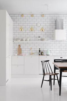 Luminosidad y amplitud en una cocina blanca