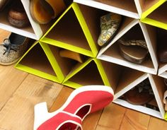 Make a SUPER space saving and sturdy DIY shoe rack from cardboard for FREE! It holds more shoes than most closet shoe storage racks. Closet Shoe Storage, Diy Shoe Rack, Space Saving Shoe Rack, Diys, Shoe Organizer, Diy Organization, Crafty, Projects, Shoes