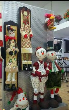 Christmas 2019 : Felt Christmas decorations on wooden frames Felt Christmas Decorations, Snowman Decorations, Christmas Ornaments To Make, Christmas Figurines, Snowman Crafts, Felt Ornaments, Christmas Snowman, Winter Christmas, Christmas Crafts