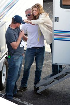 "Dominic Purcell Photos Photos - AnnaLynne McCord gets a visit from her boyfriend Dominic Purcell while on the set of her hit TV show ""90210"". Purcell chatted with McCord at the door of her dressing trailer before accompanying her to set. AnnaLynne later emerged with her digital camera and started snapping pictures of the paparazzi. - AnnaLynne McCord Gets a Visit"