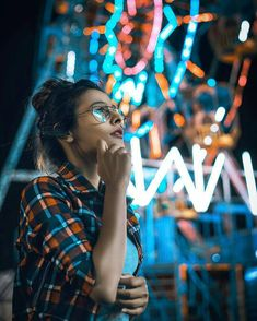 18 Trendy Ideas for nature phography ideas portraits - Photos inspo - Natur Carnival Photography, Neon Photography, Photography Poses Women, Creative Photography, Portrait Photography, Portrait Photos, Night Portrait, Image Swagg, Shotting Photo