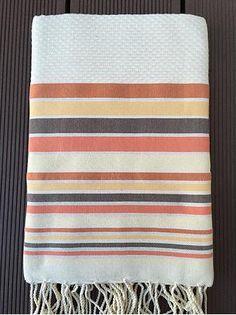 Abeille 016  Fouta tissée en nid d'abeille 100 % coton Couleur : Beige avec larges rayures dans les nuances de Orange et Marron aux Weaving Designs, Weaving Projects, Weaving Patterns, Fabric Patterns, Loom Weaving, Hand Weaving, Weaving Textiles, Turkish Towels, Chennai