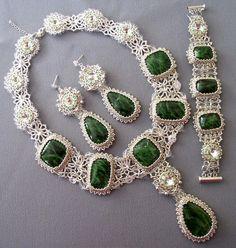 .collier, bracelet et boucles d'oreilles en émeraude et blanc