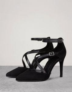 Zapato Tacón tiras cruzadas. Descubre ésta y muchas otras prendas en Bershka con nuevos productos cada semana