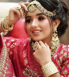 Do you want to get a simple and subtle look for your wedding ? Let your subtle and graceful look make him fall for you again! Look perfectly gorgeous with the best suited makeup tailored to your needs! Indian Bridal Photos, Indian Bridal Outfits, Indian Bridal Hairstyles, Indian Bridal Fashion, Bridal Pics, Indian Bridal Wear, Bridal Pictures, Summer Hairstyles, Wedding Hairstyles