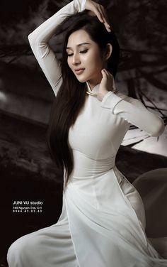 Exotic Vietnamese Beauty colliding with a Beautiful Vietnamese Long Dress Vietnamese Traditional Dress, Traditional Dresses, Vietnamese Clothing, Asian Cute, Beautiful Asian Women, Ao Dai, White Girls, Asian Woman, Asian Girl