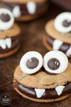 Make one of these festive Halloween snacks for your kids this year. They're bound to be a perfectly sweet ending to any Halloween party! Halloween Desserts, Halloween Snacks For Kids, Easy Halloween Food, Halloween Chocolate, Halloween Cookies, Halloween Party, Halloween Stuff, Halloween Crafts, Happy Halloween