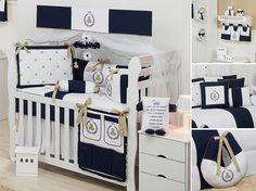 """A combinação com outros detalhes e cores do quarto de bebê, pode transformar o azul marinho em uma cor """"coringa"""", que combina com tudo."""