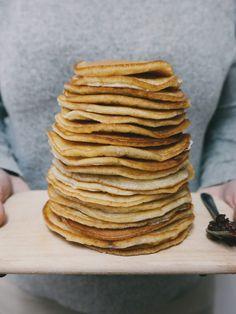 Pancakes: la ricetta facile e semplice. Con solo 3 ingredienti. Sono veloci, sani e leggeri. Sono senza zucchero e senza burro, ideali sia a colazione che per un brunch salato.