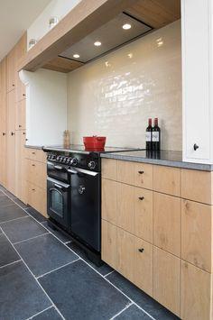 landelijke+stijlvolle+eiken+keuken Modern Kitchen Island, Rustic Kitchen, Kitchen Decor, Barbacoa, Kitchen On A Budget, Classic House, Beautiful Kitchens, Interior Design Kitchen, Kitchen Organization