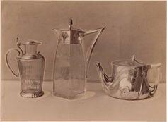 Titel: Fotografie einer silbernen Teekanne entworfen von Franz Barwig und zweier Weinkrüge aus Glas mit Silber, entworfen von Otto Wagner und C. Ehrentraut (vom Bearbeiter vergebener Titel) kunstgewerblichen Objekten für österreichische Ausstellungen in Turin und London, 1902.