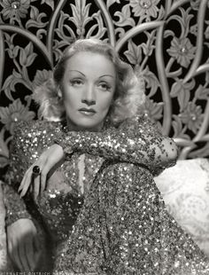 Marlene Dietrich in sequins Old Hollywood Glamour, Golden Age Of Hollywood, Vintage Glamour, Vintage Hollywood, Hollywood Stars, Vintage Beauty, Classic Hollywood, Hollywood Gowns, Marlene Dietrich