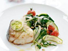 Rimmad ugnsbakad torsk  med varma grönsaker och  körsbärstomater