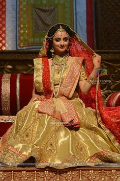 Madirakshi Mundle donned in heavy having with heavy work along the borders. She is a perfect with heavy yourself in beautiful on bridaalroyal.Let others complement you! Indian Fashion Dresses, Indian Designer Outfits, Indian Outfits, Bollywood Lehenga, Bollywood Fashion, Siya Ke Ram, Bridal Chuda, Bride Look, Beautiful Girl Image