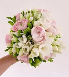 DIY bridal hand-tied bouquet with white freesias and rose ranunculus Freesia Bouquet, Flower Bouquet Diy, Rose Bridal Bouquet, Hand Tied Bouquet, Bridal Flowers, Spring Wedding Bouquets, Bride Bouquets, Summer Wedding, Deco Floral