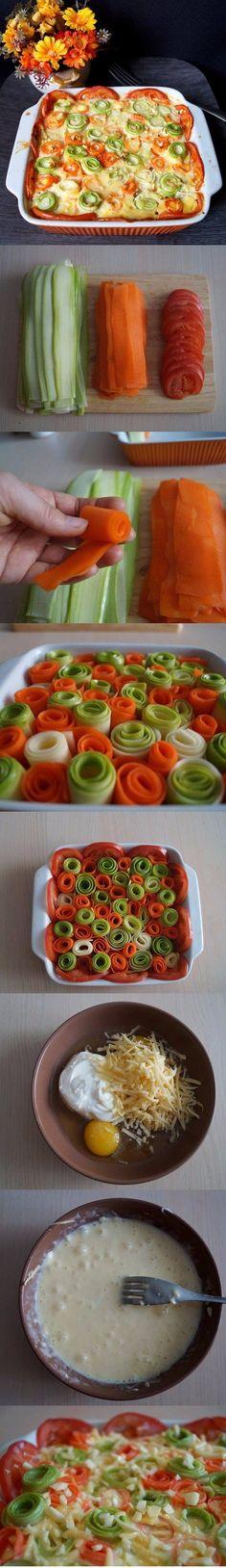 Красивая овощная запеканка Ингредиенты: Кабачок молодой — 1 шт. Морковь крупная — 1 шт. Помидор — 2 шт. Яйцо — 3 шт. Сметана ( у меня 15 % ) — 100 г Сыр твёрдый — 50 г Чеснок ( по желанию ) — 3 зубчика Соль