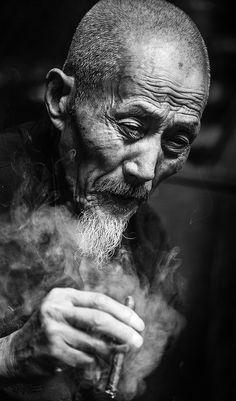 光阴如书,岁月老人。 by 网际飞侠 - Photo 136958953 - 500px Dark Photography, Artistic Photography, Black And White Photography, Portrait Photography, Old Man Portrait, Portrait Art, Old Faces, Best Portraits, People Of The World