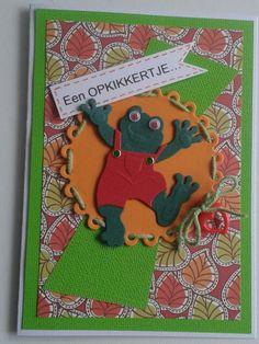Een opkikkerkaart in vrolijke kleuren met kikker.wiebeloogjes en label met tekst.