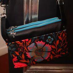 Triple pochette ChaChaCha en coton noir fleuri et simili cousu par Virginie - Patron Sacôtin