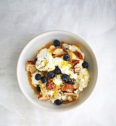 Turkkilaisesta jogurtista valmistettu vaniljalabneh, korvapuustikorpuilla ja mustikoilla