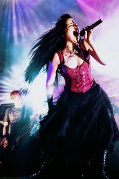 Omg I love her Fallen era gothic look so much