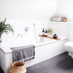 Hause haben wir gaaanz viel selbst gemacht, mein Lieblings-DIY Projekt ist das Bad in der alten Wohnung. Wir haben alles bis auf die Installation der Sanitäranlagen selbst gemacht☺️es hat viel Spaß gemacht☺️ihr wisst ja seit ein paar Monaten wohnen wir in unserem neuen Haus und ich kanns kaum abwarten, das Bad zu renovieren, es sieht nämlich ganz ganz schlimm aus Bad Badezimmer selber renovieren