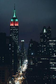 Nueva York de noche con el Empire State Building de fondo. ¡No dejes de viajar!