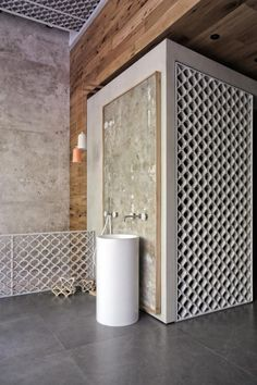 Block722 designed the showroom for Patiris, a bathroom tiles and sanitary-ware company, creating a unified space through the use of clean, continuous surfaces.
