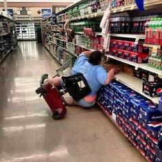 Meanwhile at Walmart... Someone actually took this pic instead of helping!!!! Lol Walmart Humor, Walmart Shoppers, Walmart Customers, Walmart Walmart, Only At Walmart, People Of Walmart, Walmart Lustig, Que Horror, Ft Tumblr