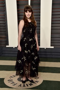 Leave it to Zooey to bring her feminine style to the Vanity Fair afterparty, wearing a printed Sachin & Babi Noir number as she walked the red carpet. Party Fashion, Runway Fashion, Fashion Tips, Zooey Deschanel Style, Vanity Fair Oscar Party, Modest Dresses, Feminine Style, Dress Up, Celebs