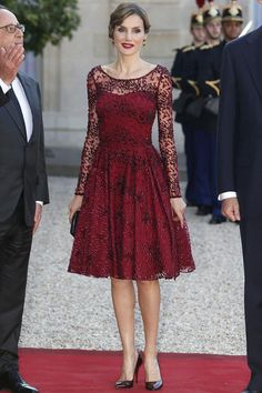 Queen Letizia of Spain, beautiful dress Queen Fashion, Royal Fashion, Cute Dresses, Short Dresses, Formal Dresses, Mode Outfits, Fashion Outfits, Dress Brokat, Lace Dress Styles