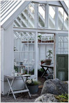 Så härligt det är med sommarkvällar....   Vi har suttit utanför växthuset och ätit jordgubbar   och lyssnat på fåren och fåglarna...♥...