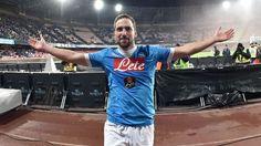 Napoli akan memboikot stasiun televisi setelah jaringan mengklaim striker Gonzalo Higuain menolak kontrak baru dari klub.