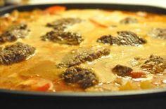Hakkebøffer i flødesauce med pesto, tomat og peberfrugt.