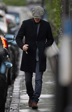 David Beckham has just returned to Old Blighty and was recently seen sporting a dashing tweed hat. Estilo David Beckham, David Beckham Style, Outfits Hombre, Mens Caps, Caps For Men, Sharp Dressed Man, Gentleman Style, Mens Clothing Styles, Men Dress