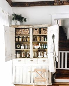 Shabby Chic Home Decor Rustic Kitchen, Kitchen Dining, Kitchen Cabinets, Cupboards, Kitchen Redo, Vintage Kitchen, Pantry Inspiration, Vintage Lockers, Cottage Kitchens